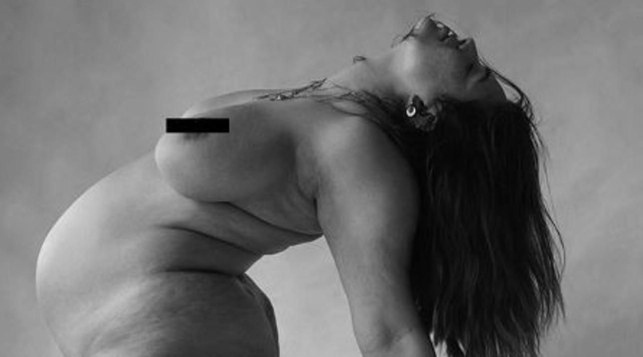 Ashley Graham sexy con il pancione, tutta nuda su Instagram