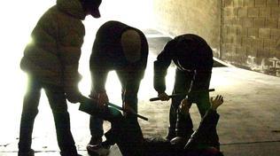 Perugia, bulli picchiano e spengono sigarette sul collo di un compagno di scuola:due arresti