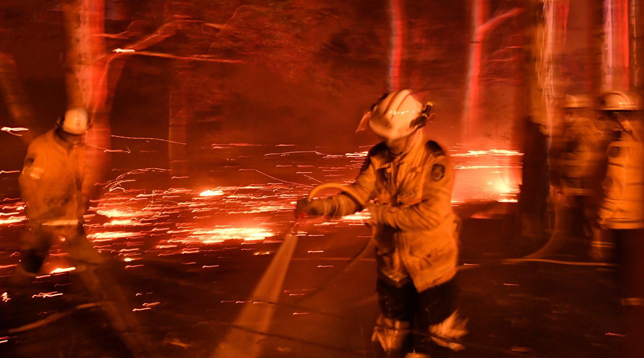 L'Australia continua a bruciare, città assediate dagli incendi: in migliaia sulle spiagge
