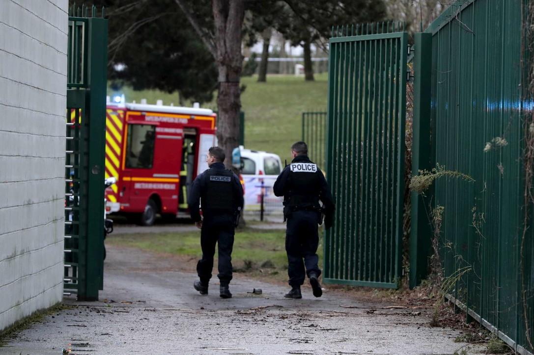 Parigi, assalitore con coltello tenta una strage