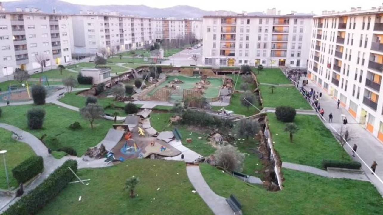 Spagna, parco giochi collassa su parcheggio sottostante