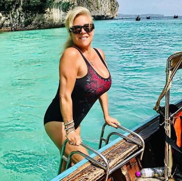 A 53 anni Samantha Fox è ancora esplosiva: foto in costume sui social