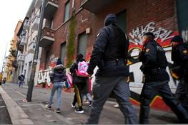 Milano, retata della polizia in via Gola