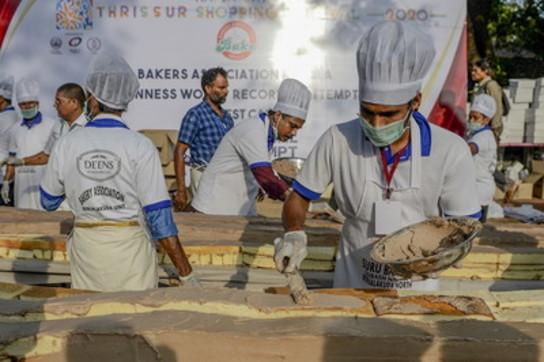 India, 1.500 pasticceri per la torta dei record: lunga 6 km, pesa 27mila kg