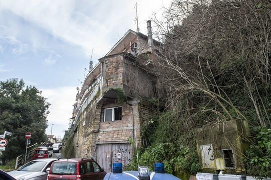 Roma, smottamento mette a rischio un palazzo
