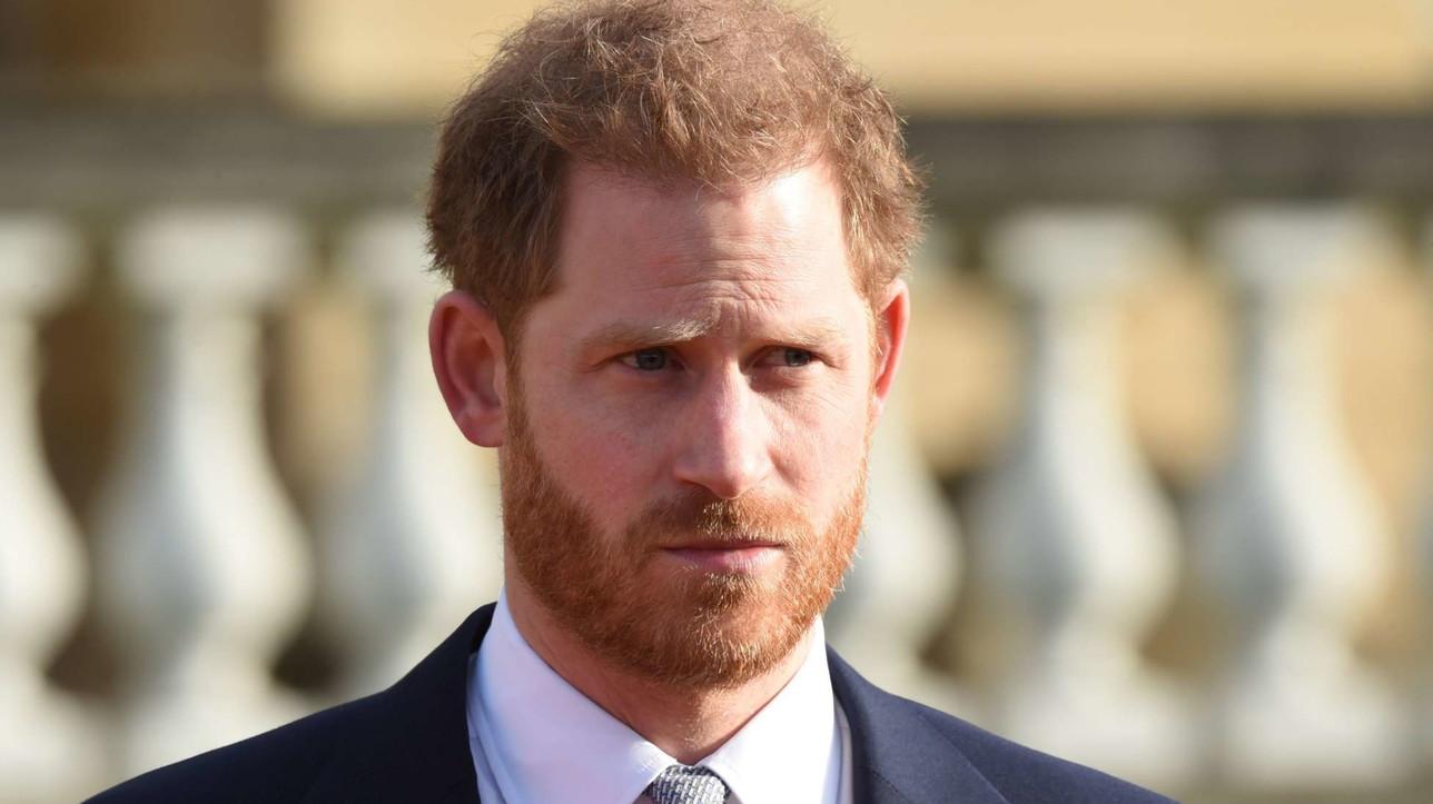 """Il principe Harry serio e teso al primo impegno dopo la """"Megxit"""""""