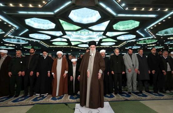 Iran, primo sermone di Khameneidopo 8 anni: grande folla a Teheran