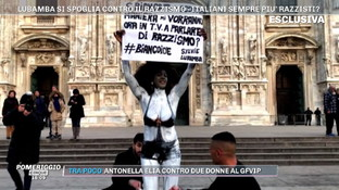 """Milano, Sylvie Lubambanuda davanti al Duomo protesta contro il razzismo: """"In tv non chiamano donne di colore"""""""