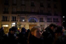 Blitz dei manifestanti contro Macron in un teatro parigino