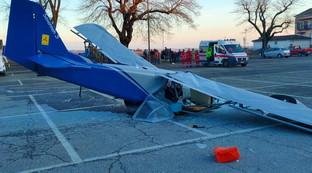 Monferrato, ultraleggero si schianta in piazza: morto il pilota