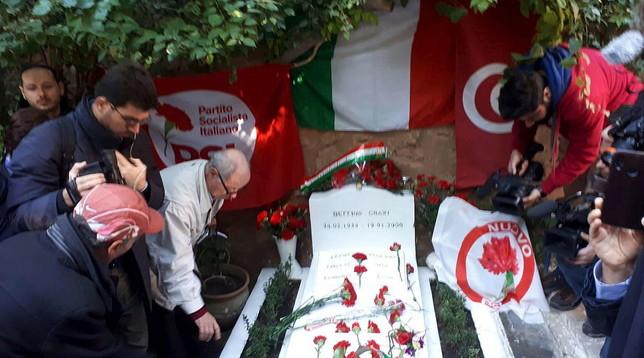 Craxi, omaggio ad Hammamet - Foto |La figlia: sono mille, come per Garibaldi |