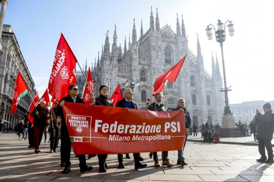 """Petali di libertà"", flashmob a Milano a 20 anni dalla scomparsa di Craxi"