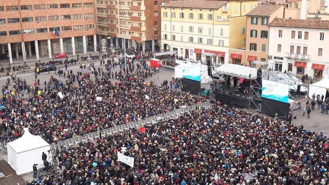 """Sardine in piazza a Bologna a una settimana dal voto: in migliaia per il """"concertone"""""""