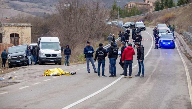 Potenza, un'auto coi tifosi del Melfi travolge i rivali: un morto | Tre persone interrogate in questura FOTO