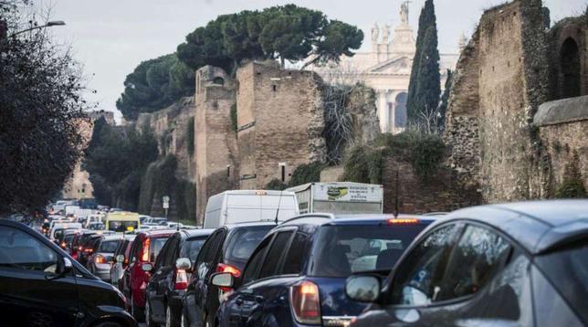 Ore perse nel traffico: Roma è la seconda città al mondo, Milano settima