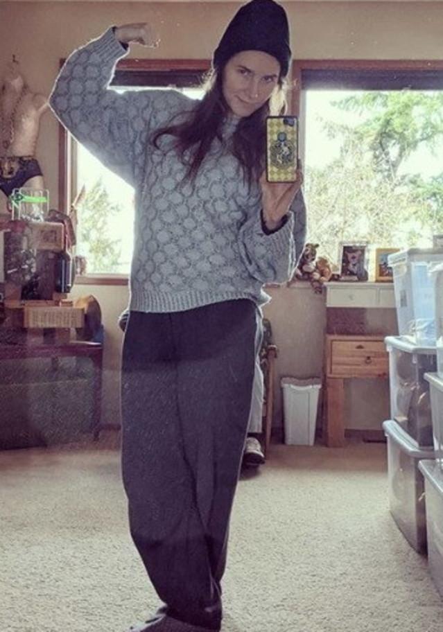 Amanda Knox in posa sui social con la tuta da carcerata: