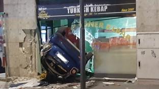 Milano, perde il controllo dell'auto e finisce in un negozio: morto il conducente
