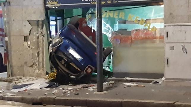 Milano, auto finisce in unakebabberia: morto il conducente