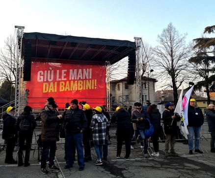 Matteo Salvini, comizio a Bibbiano: con lui anche la mamma del piccolo Tommy | Contromanifestazione delle Sardine