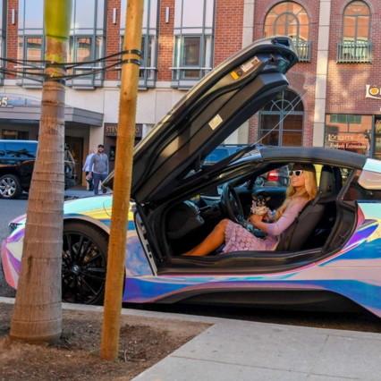 Paris Hilton non passa inosservata: ecco la sua macchina iridescente