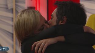 """""""GF Vip"""", il bacio tra Antonella Elia e il compagno Pietro"""