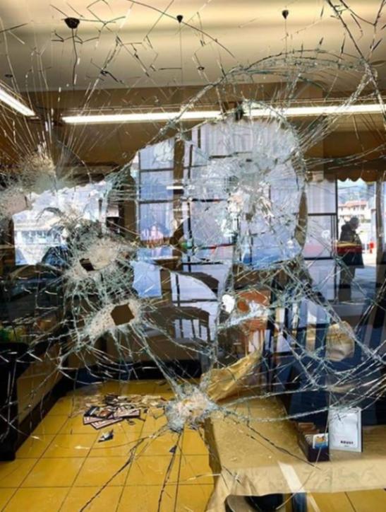 Brescia, sfondano la vetrina di un bar e disegnano una svastica