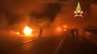 Fallisce assalto a furgone portavalori sulla A1: auto bruciate e chiodi sull'asfalto