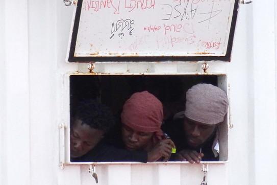 Migranti, la Ocean Viking attracca al porto di Taranto