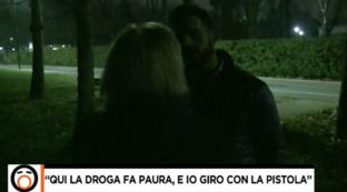 """""""Fuori dal Coro"""", la donna che ha indicato il citofono a Salvini: """"Giro con la pistola in tasca"""""""