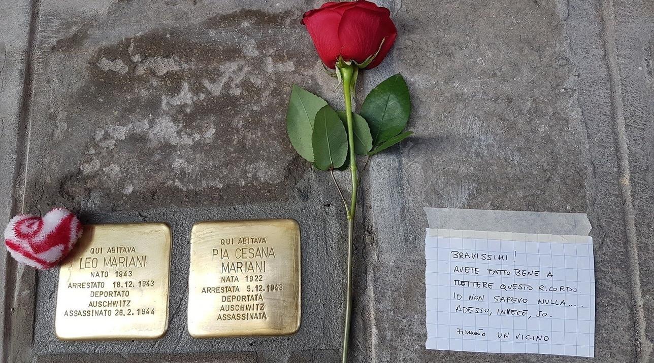 """""""Grazie perché non sapevo e ora so"""", il messaggio di un vicino accanto alla pietra d'inciampo del neonato Leo a Venezia"""