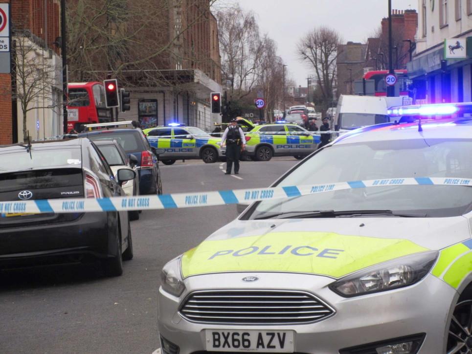 Londra, accoltella passanti in strada: ucciso dalla polizia
