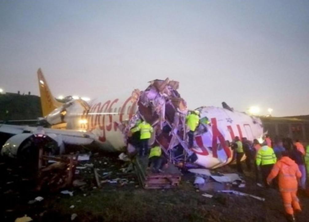 Turchia, aereo esce di pista durante l'atterraggio e si spezza