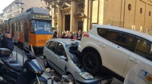 Milano, autista ha malore, tram travolge auto e taxi in zona Navigli