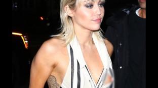 """Miley Cyrus adesso fa anche la modella... ma dal top le """"sfugge"""" un capezzolo..."""