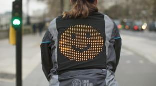 Giacca hi-tech con le emoji: così a Londra i ciclisti mandano segnali