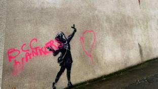 Banksy, vandalizzato il murales di San Valentino: imbrattato con vernice fucsia