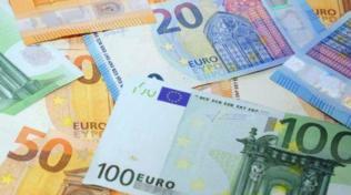 Erba, bimba di due anni getta nel water 2mila euro