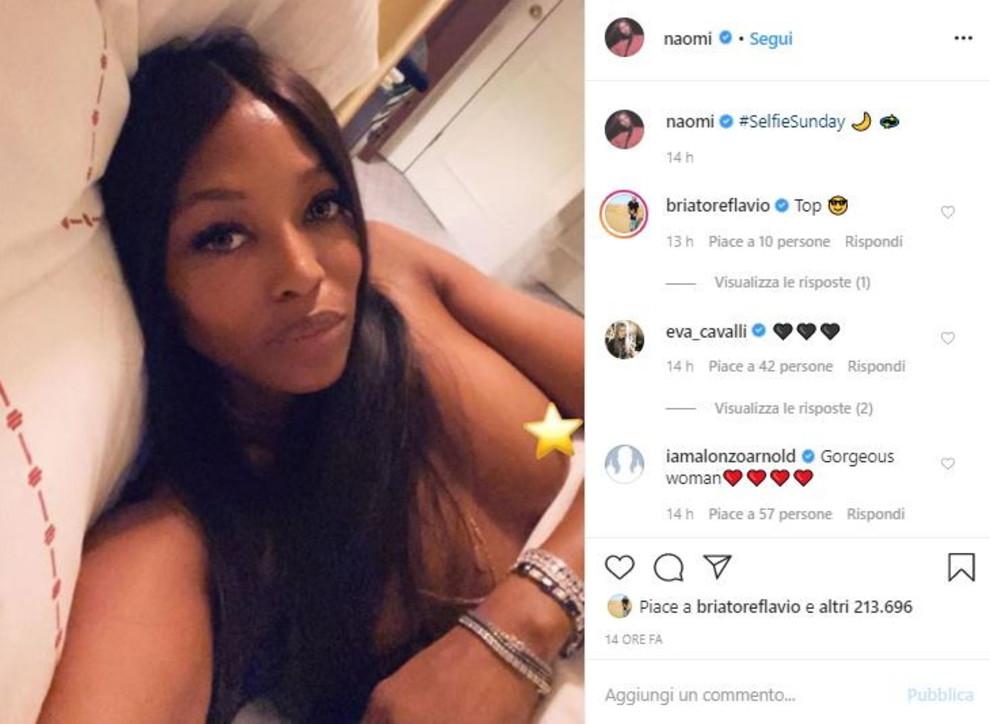 """Naomi in topless scatta un selfie notturno. Briatore replica: """"Top"""""""