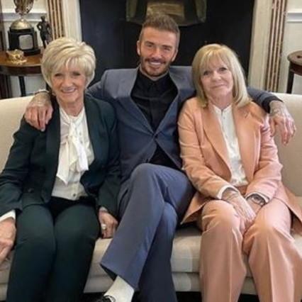 Beckham porta la madre e la suocera alla sfilata di moda di Victoria