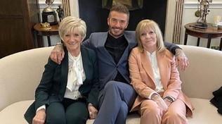 Beckham alla sfilata di Victoria porta mamma e suocera