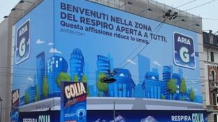 Milano contro il pm10: dopo Area C e Area B, arriva Aria... G condue maxiaffissioni in pittura mangia-smog