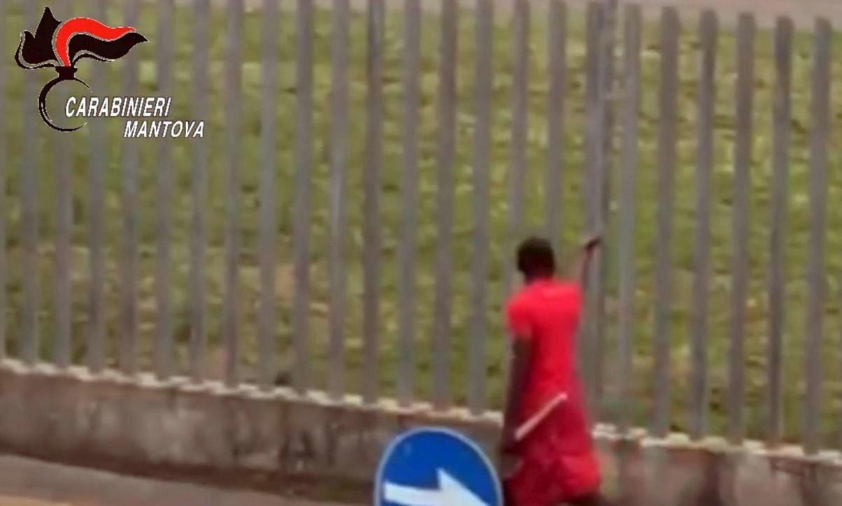 Con ascia aggredisce passante e carabinieri, arrestato