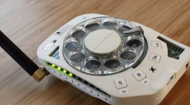 Ecco l'anti-smartphone, il primo telefonino con disco per comporre i numeri: voi lo usereste?