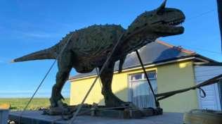 Gb, compra un dinosauro online al figlio: gli arriva a casa un modello di sei metri