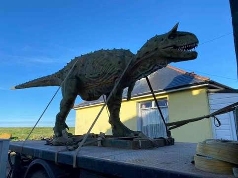 Compra online un modello di dinosauro, gli consegnano una statua di due tonnellate