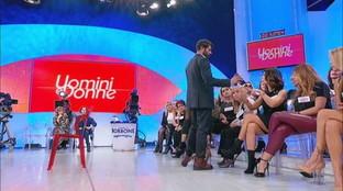 """""""Uomini e donne"""", Gianni Sperti attacca Barbara: """"La mia vita privata? Fatti i c***i tuoi"""""""