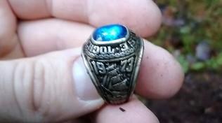 Perse un anello nel Maine nel 1973: ritrovato in una foresta della Finlandiaquasi 50 anni dopo