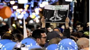 Salvini a Napoli: tafferugli tra centri sociali e forze dell'ordine