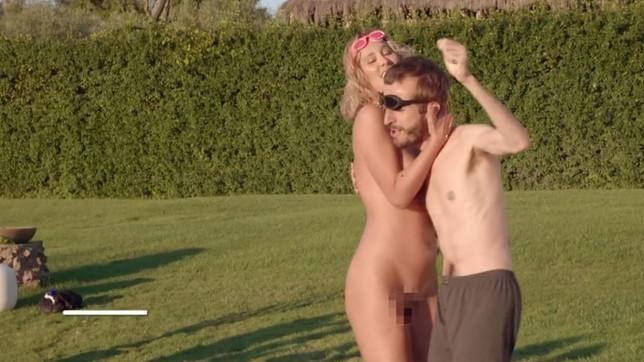 """""""La Pupa e il Secchione e Viceversa"""": i concorrenti nudi alla meta"""