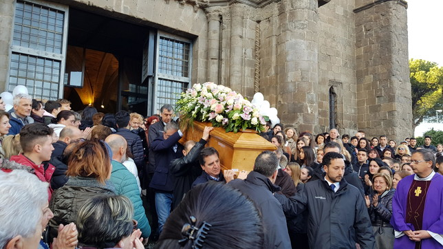 """I funerali di Aurora Grazinia Montefiascone, gli amici: """"Non ti scorderemo mai"""""""